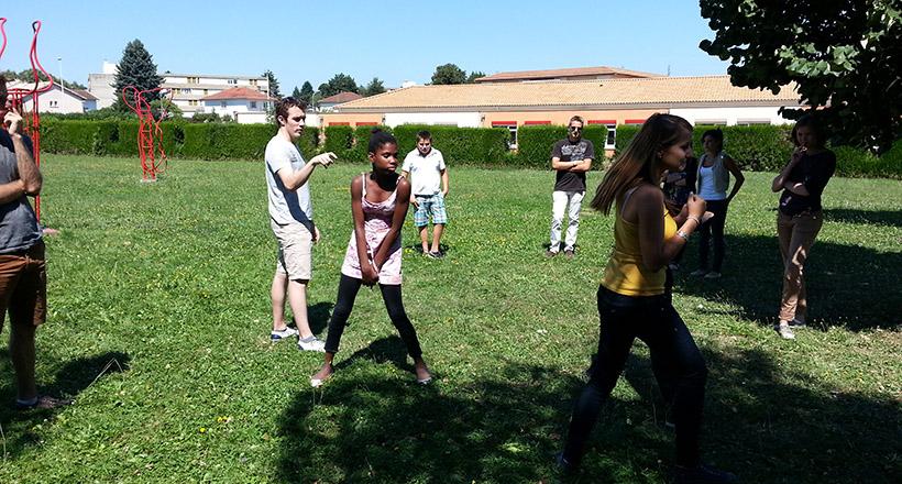Étudiants et élèves jouent au ninja